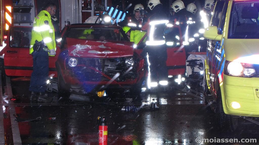 Slachtoffer door brandweer bevrijd bij kop-staartbotsing in Assen (video)