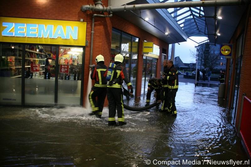 Gesprongen sprinklerleiding zet winkelcentrum Marsdijk blank (video)