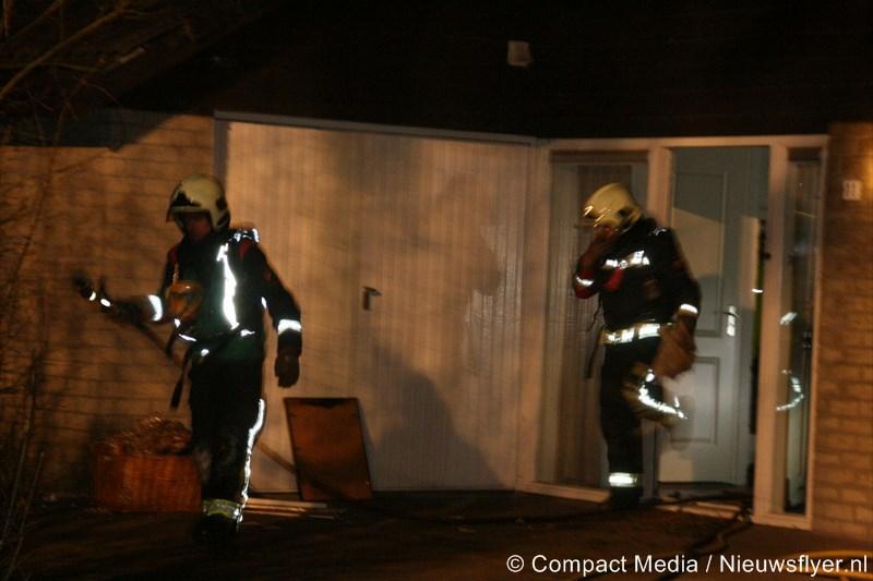 Brandweermensen en agent aangevallen bij woningbrand Smilde (video)