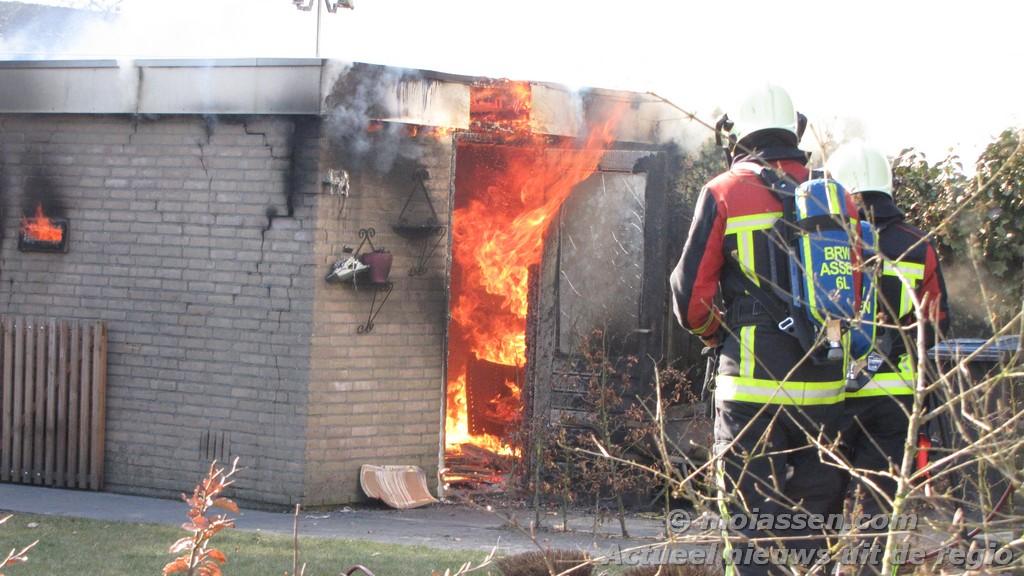 Schuurtje aan de Schieland in Assen gaat in vlammen op