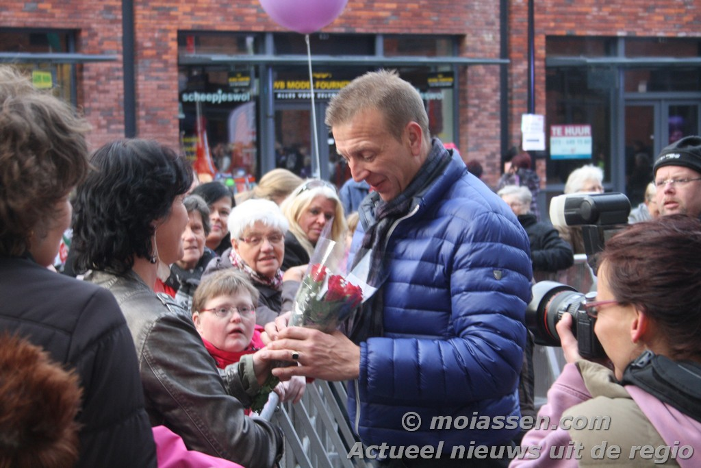 Jannes trad op tijdens opening Mercurius Winkelcentrum Assen (UPDATE VIDEO)