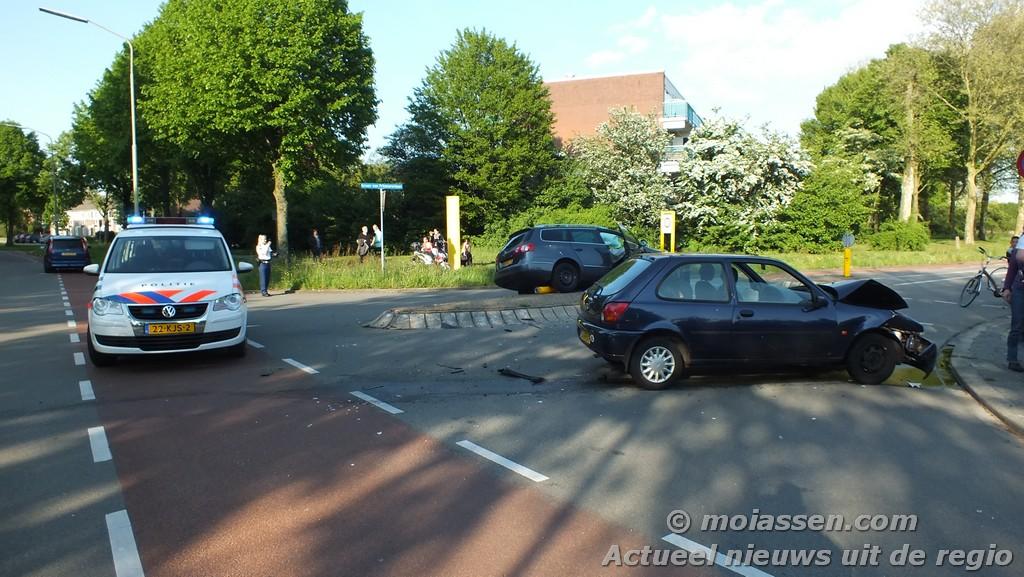 Frontale botsing tussen twee personen auto's in Assen