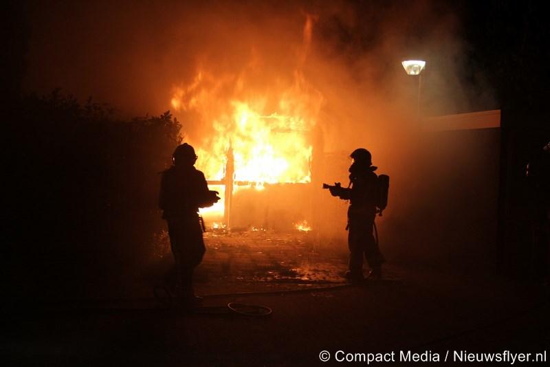 Schuurtje door vlammen verwoest in Assen (video)