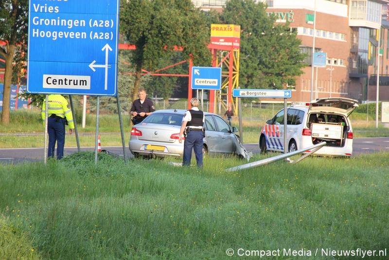 Auto rijdt lantaarnpaal omver op Europaweg-Noord ( Video)