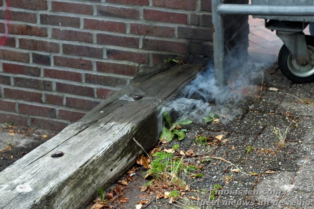 Spoorbielzen in brand Sleutelbloemstraat in Assen