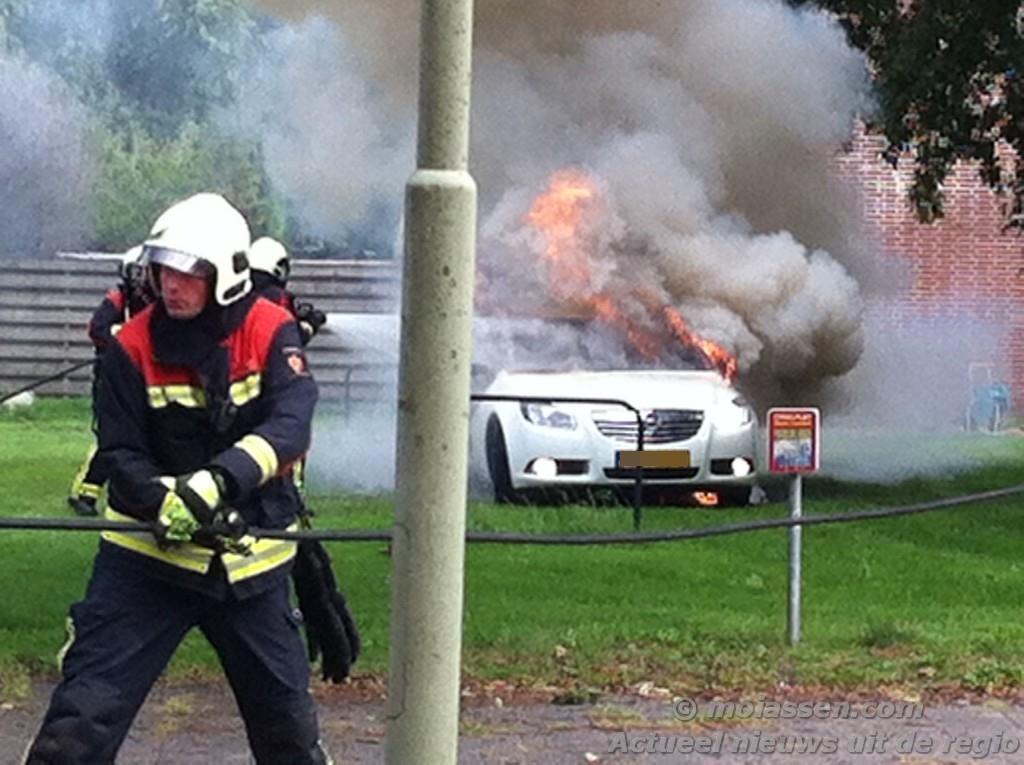 Man ernstig gewond bij autobrand ( Foto update )