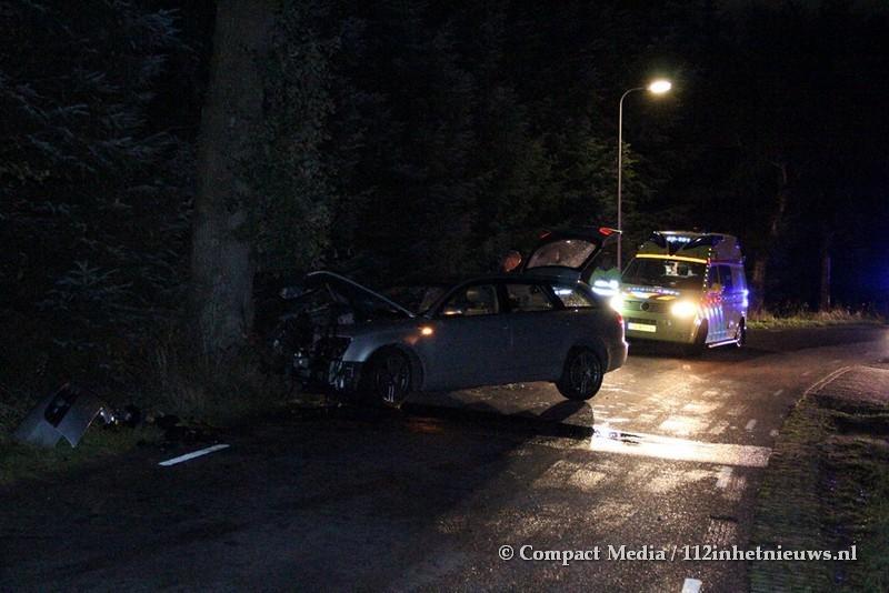 Automobilist rijdt onder invloed tegen boom