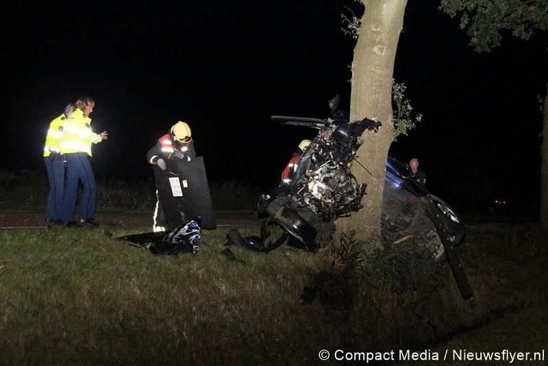 Twee gewonden bij botsing tegen boom(Update Foto's)