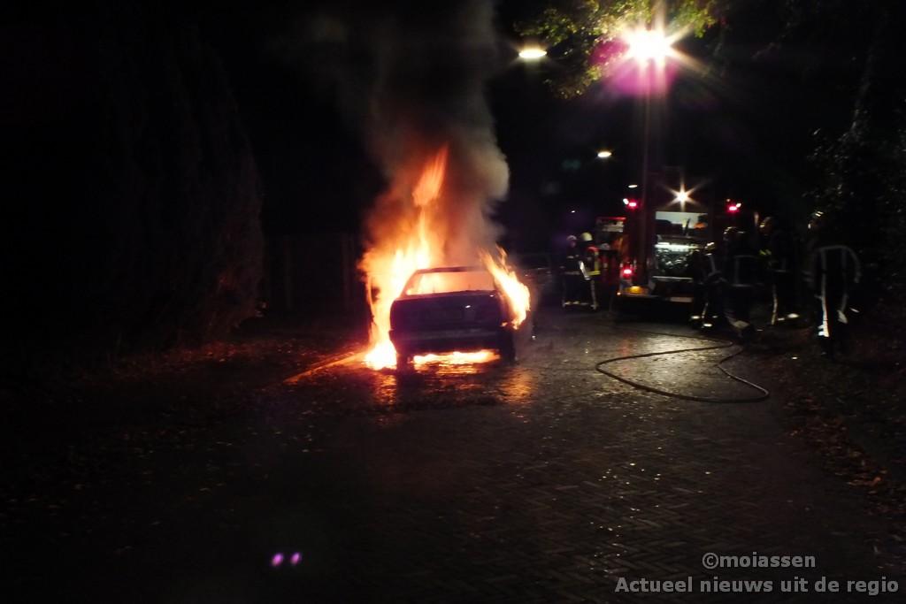 Auto brandt volledig uit in Assen(video)