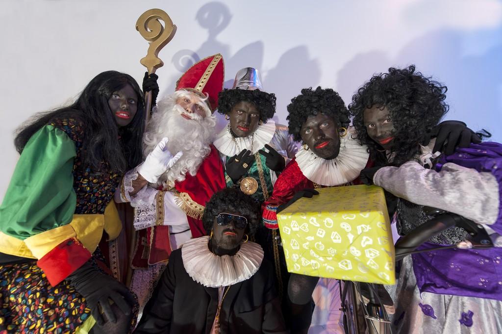Leden Asman nemen Zwarte Pieten-clip op
