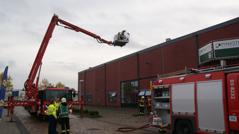 Dakbrand bij sportschool in Assen