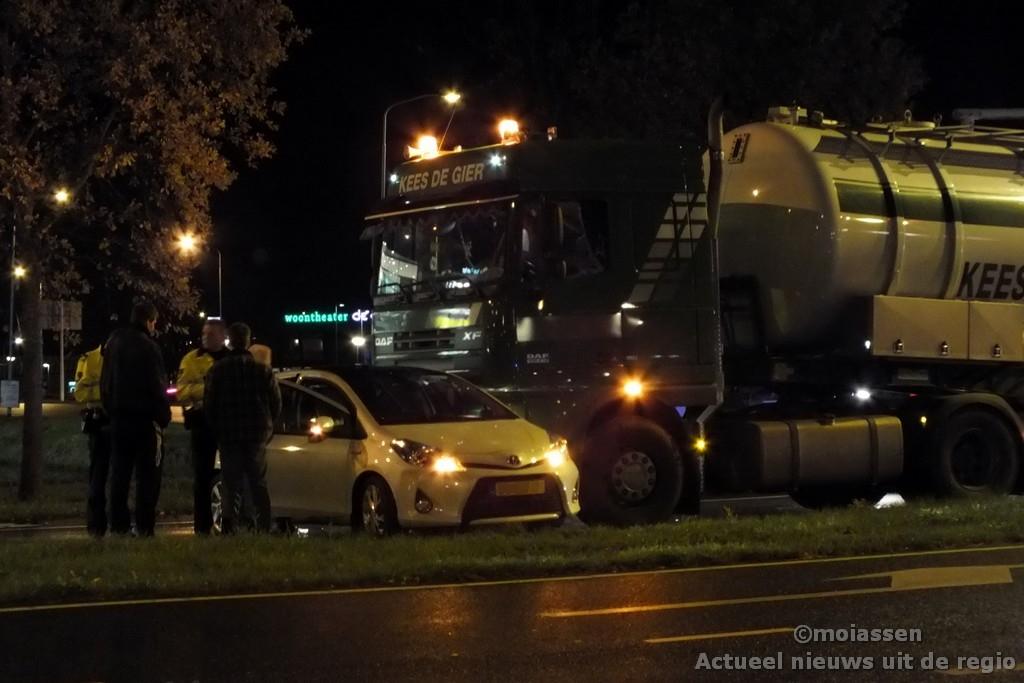 Geen gewonden bij aanrijding tussen auto en vrachtwagen in Assen