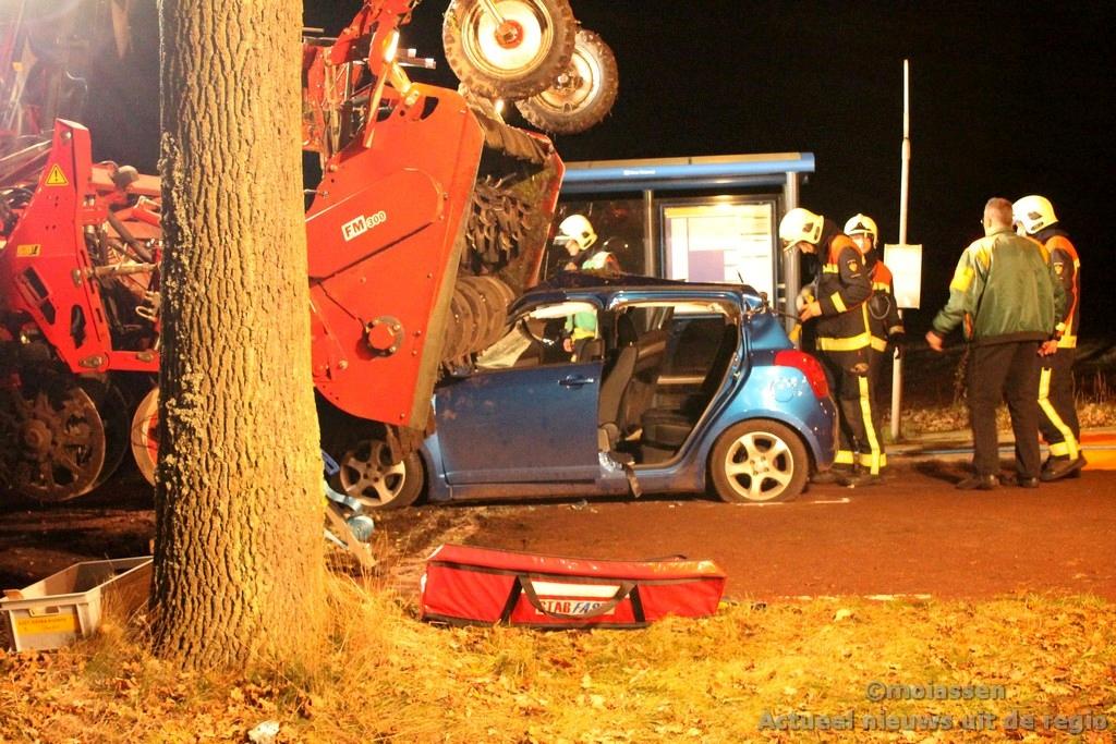 Drie gewonden bij zwaar verkeersongeval met bietenrooimachine in Rolde