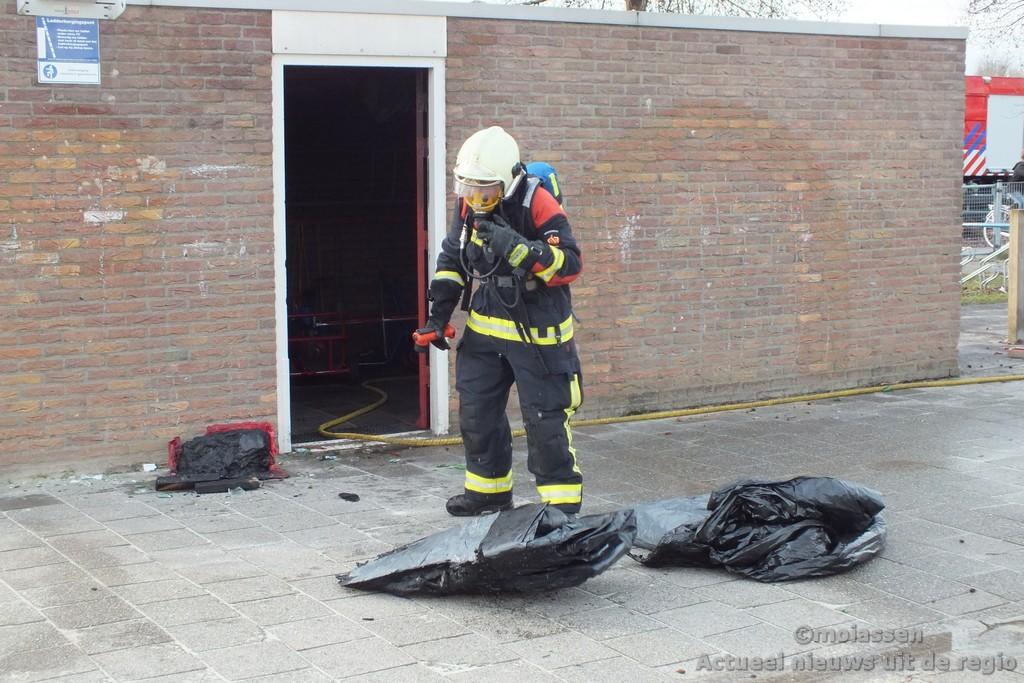 Vandalen steken speelgoedopslag basisschool in de brand