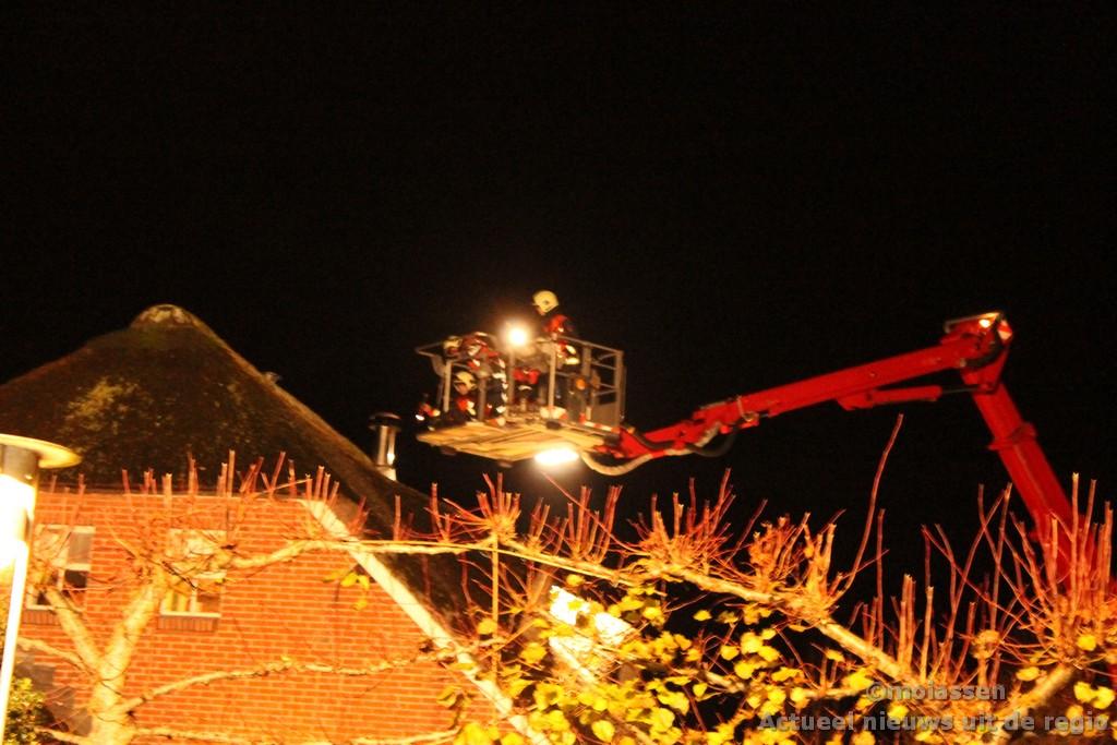 Schoorsteenbrand bij rietgedekte woonboerderij in Zeijen
