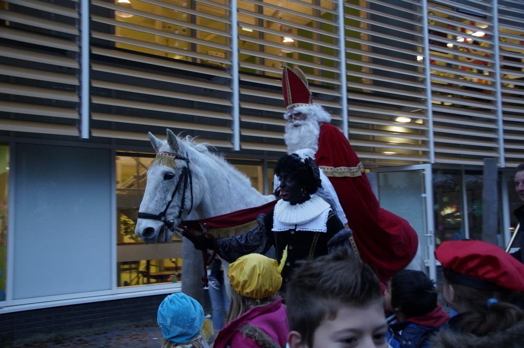 Sinterklaas op zijn paard door de storm