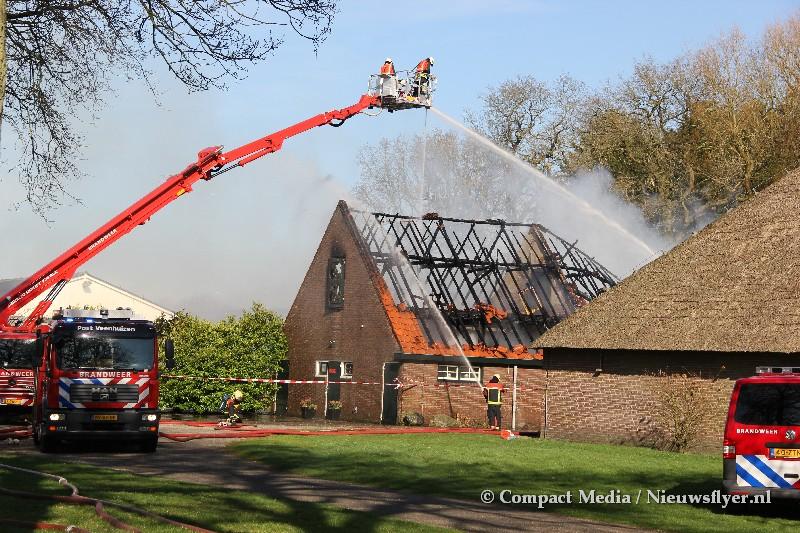 Grote brand uitgebroken bij boederij in Veenhuizen