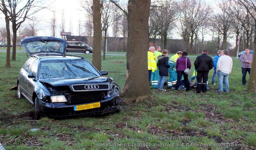 Bestuurder van ongeval door hulpvaardige mannen geholpen