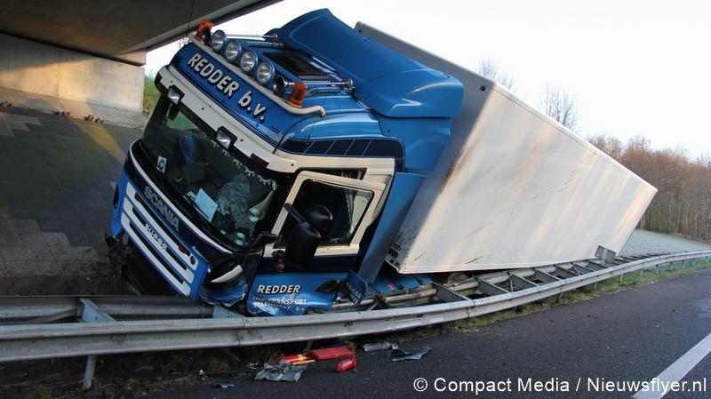 vrachtwagen van de weg geraakt op de A28