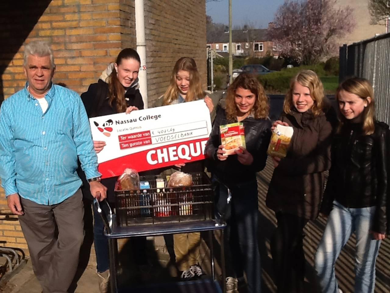 Dr. Nassauleerlingen overhandigen cheque aan Voedselbank
