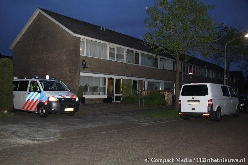 Politie valt woning in Assen binnen