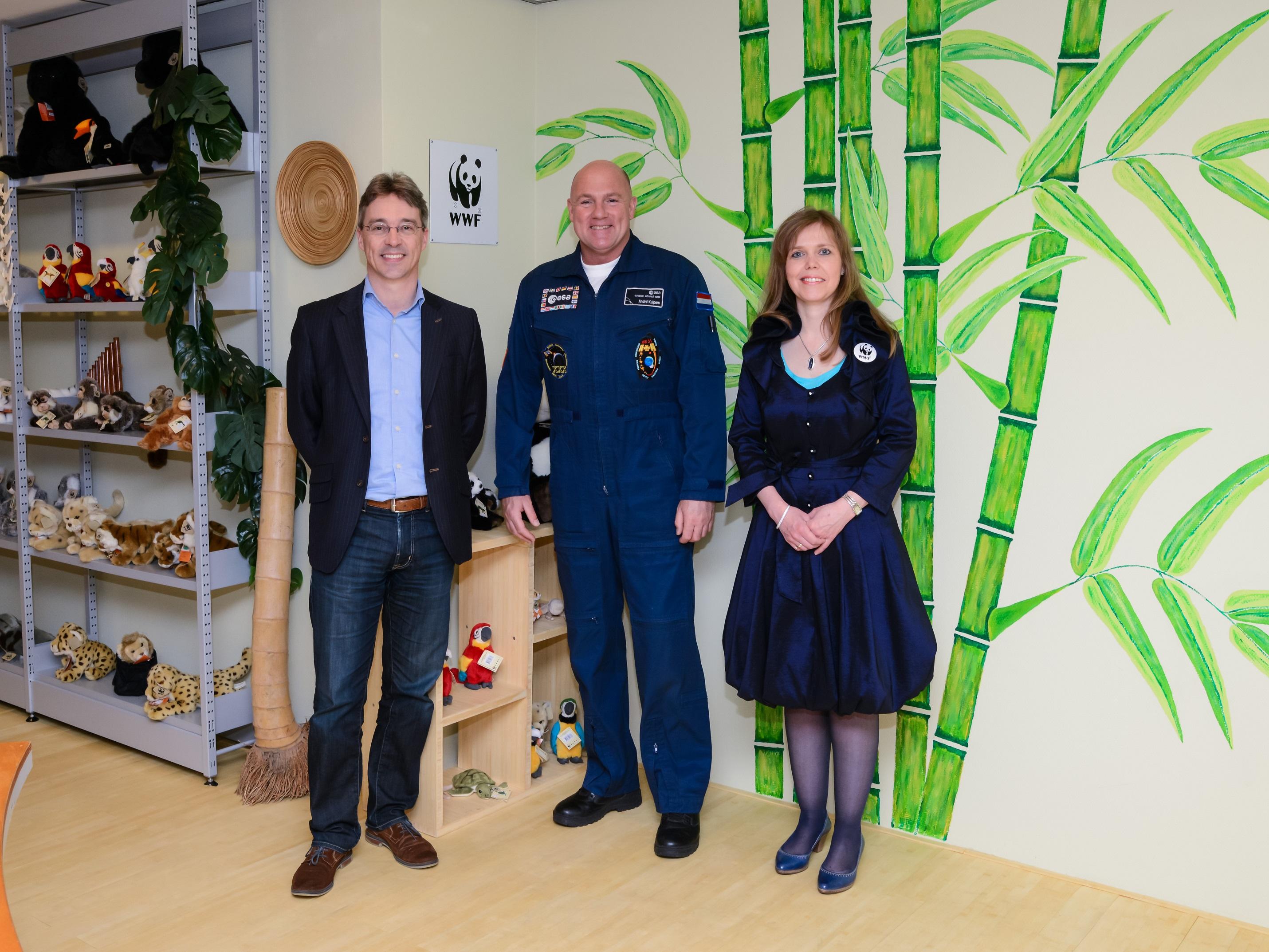 WNF ambassadeur André Kuipers bezoekt WNF shop in Warenhuis Vanderveen in Assen