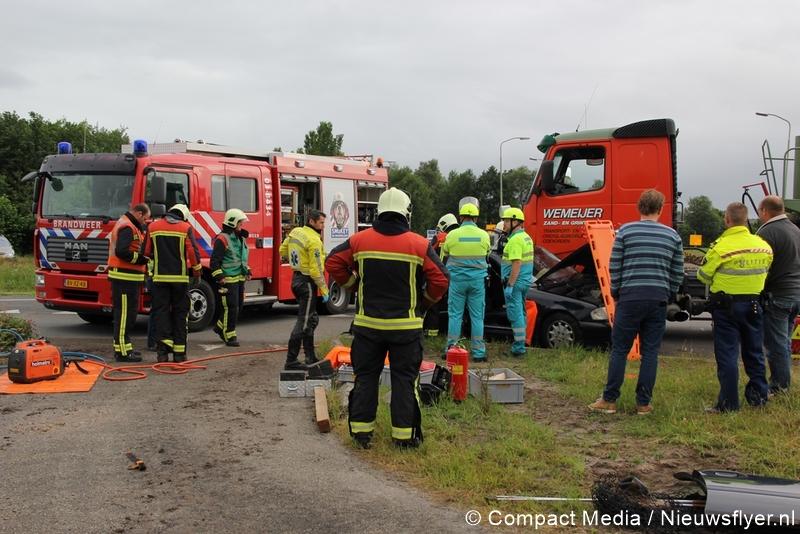 Gewonde bij aanrijding tussen auto en vrachtwagen in Rolde