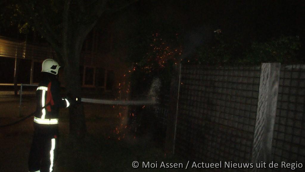 schutting brand aan de MOEZELSTRAAT in Assen