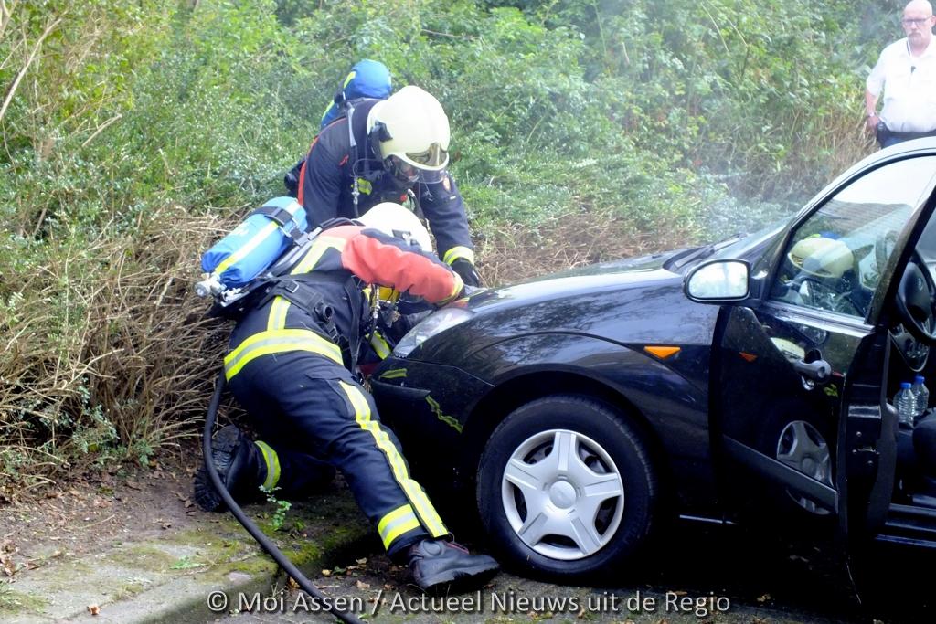 Eigenaar blust zijn eigen auto met hulp van omstanders