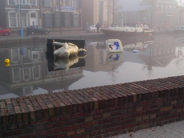 De drijvende honden in de Vaart in Assen omgegooid ( foto update)