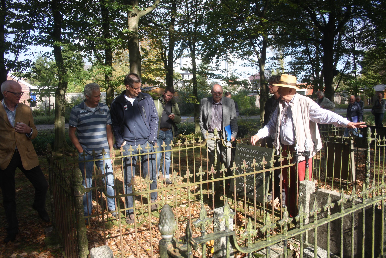 Gemeenteraad van Assen bezoekt Noorderbegraafplaats