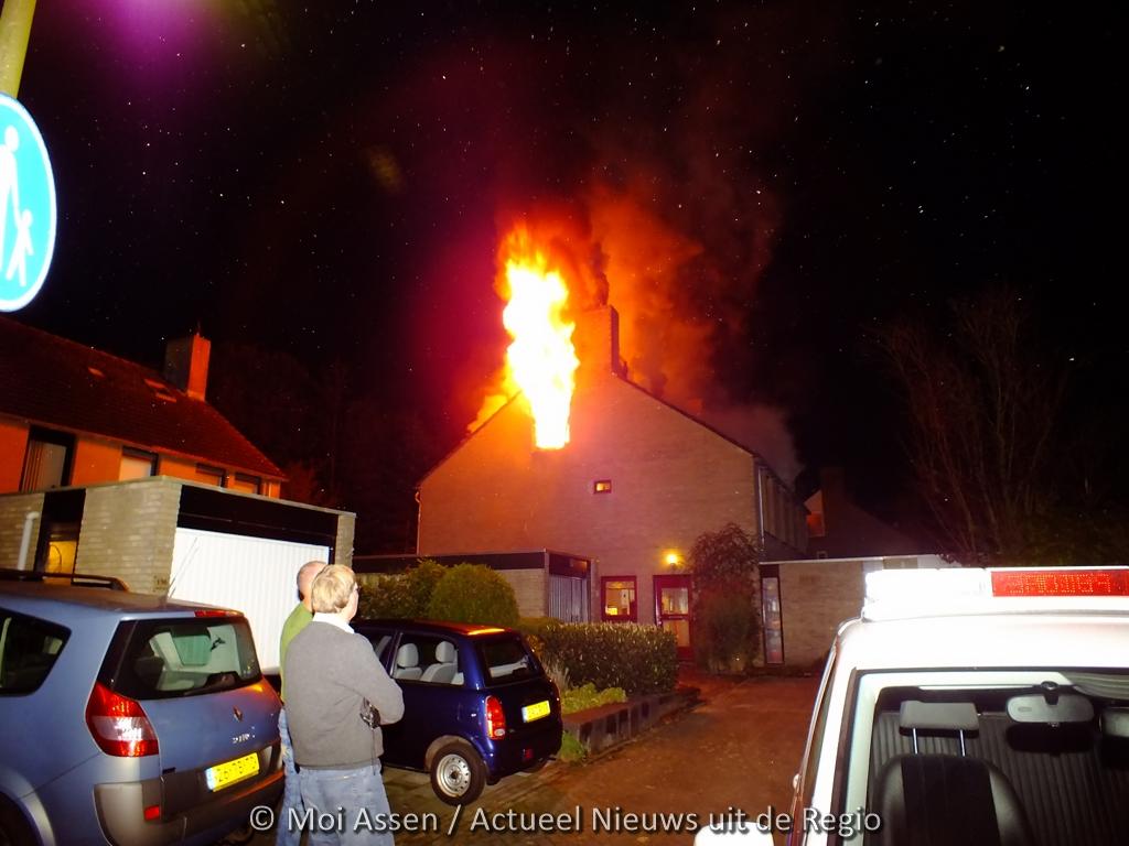 Video:Uitslaande woningbrand aan de Amelterhout in Assen