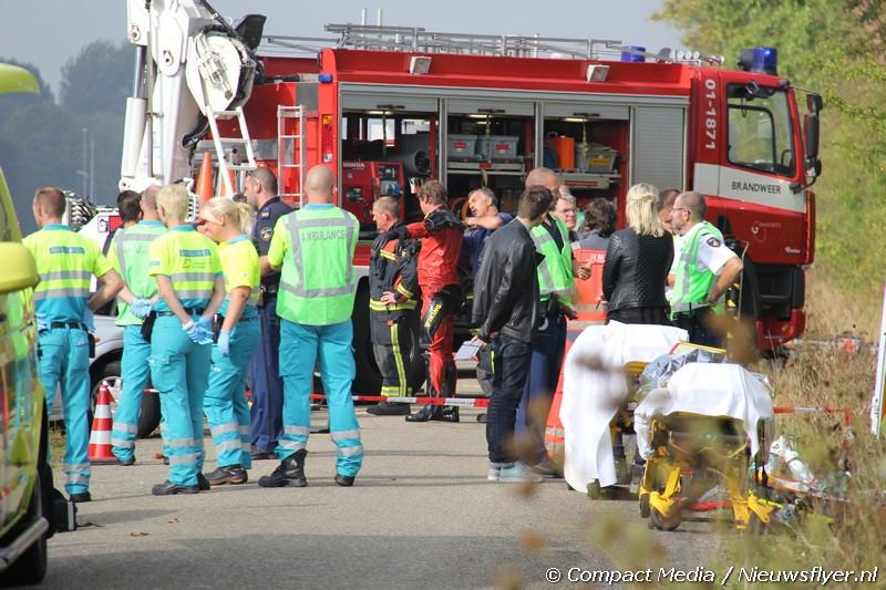 FOTO: Auto te water aan de Tjardaweg in Groningen (Update)