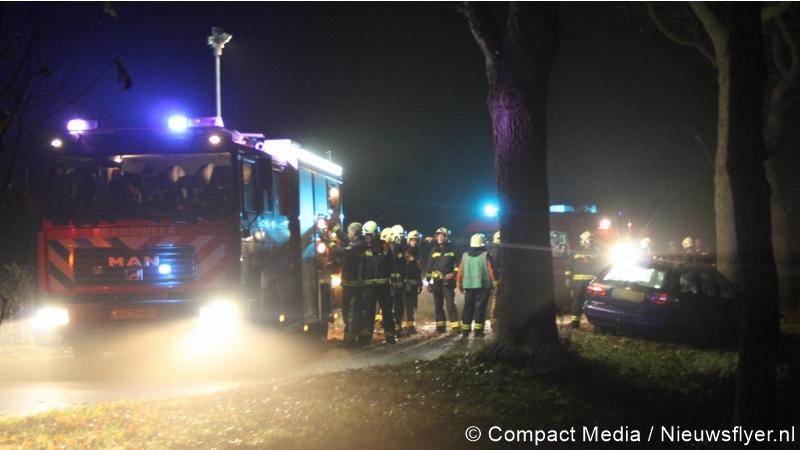 auto frontaal op boom in westerbork