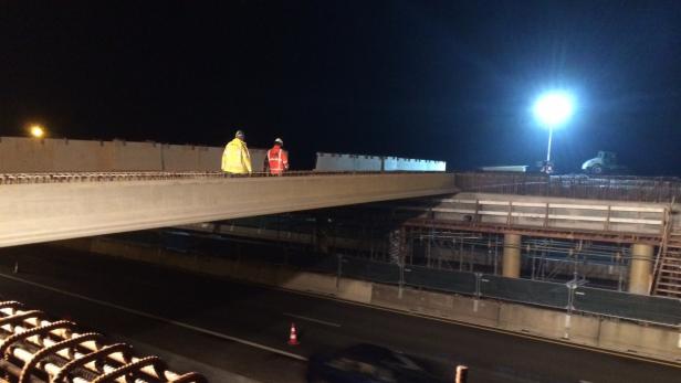Loodzware betonnen liggers geplaatst bij nieuwe afslag Assen Zuid