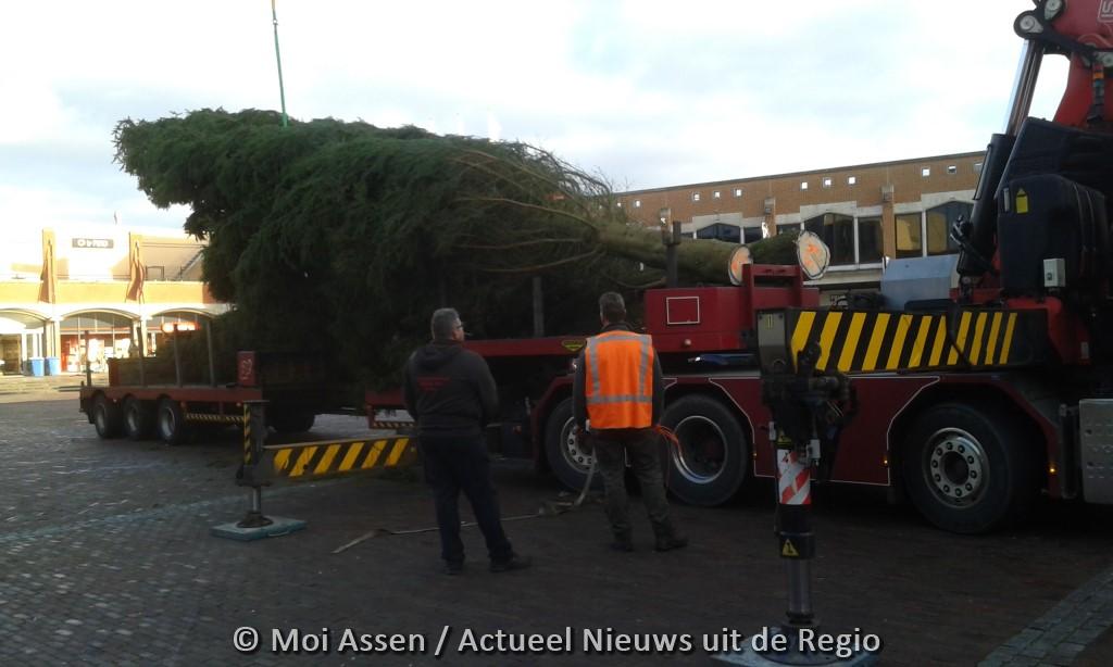 15 m hoge kerstboom op het Koopmansplein in Assen