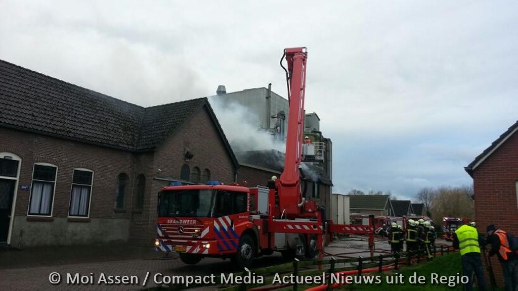 Grote brand bij veevoederbedrijf in Hijken