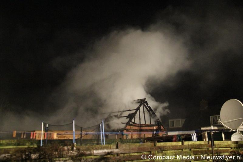 Schuur door brand verwoest aan de Valkenlaan in Vries