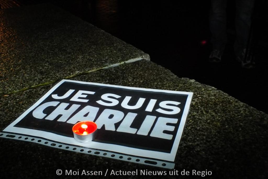 Assenaren betuigen medeleven bij samenkomen voor de slachtoffers aanslag in Parijs