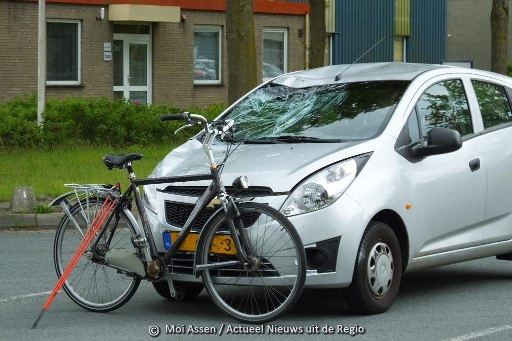 Video:Auto schept fietser op de A.H.G. Fokkerstraat / Wenkebachstraat