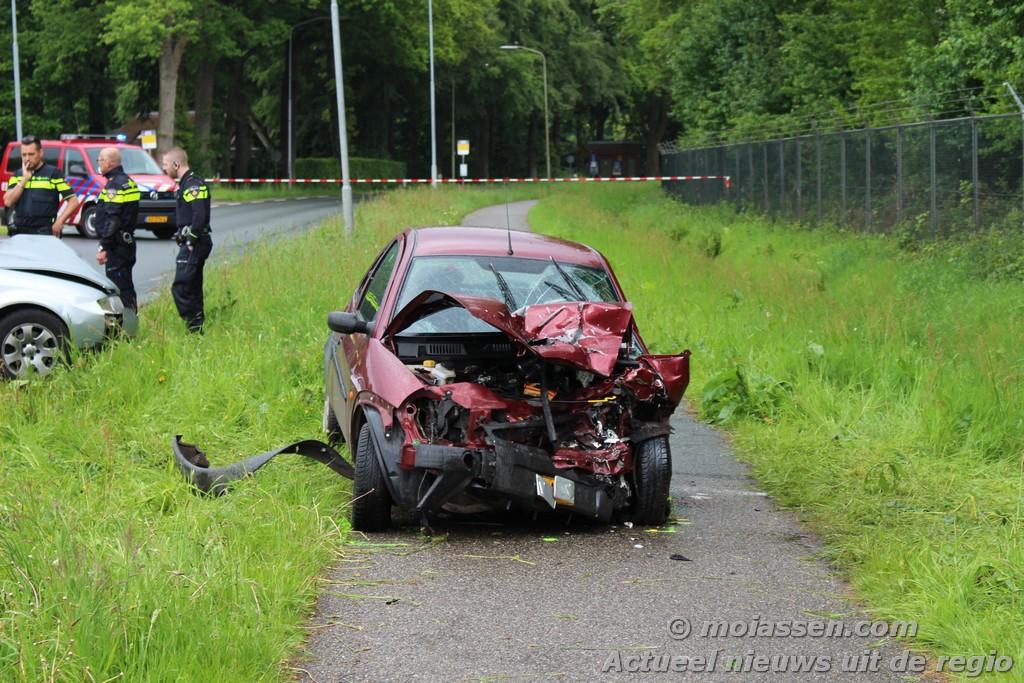 Bestuurder raakt bekneld in auto bij aanrijding in Eelde ( Update Foto's )