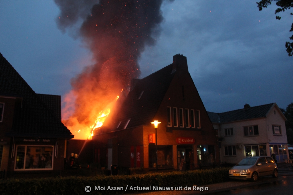 Grote brand verwoest Kruidvat in Zuidlaren