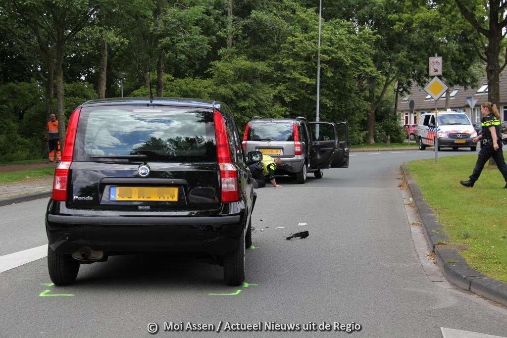 Kop staart aanrijding op de Esakkerweg in de wijk Peelo in Assen.