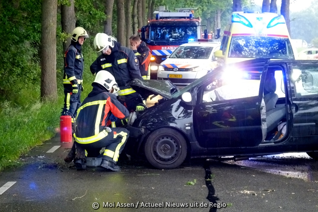 Vrouw botst met haar auto tegen boom op de Lonerstraat in Assen