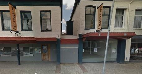 Het voormalige meubelzaak Hommes wordt naar de TT gesloopt