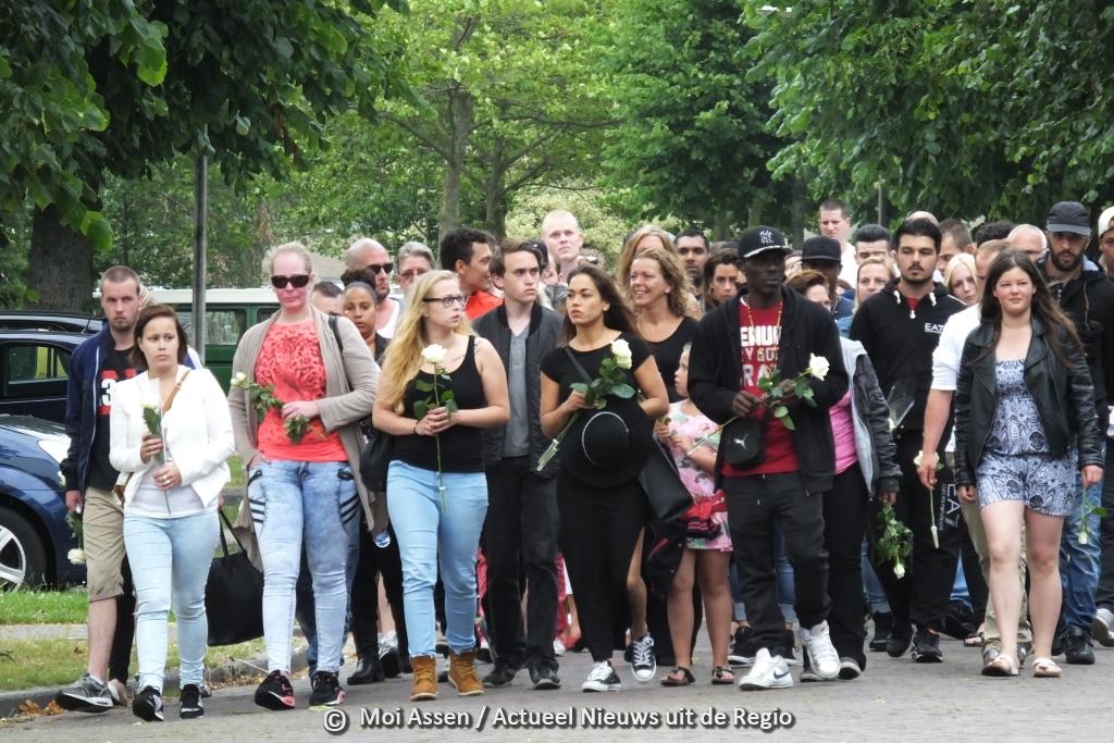 Video:Ruim honderd mensen lopen mee in de stille tocht voor Tom de Munter