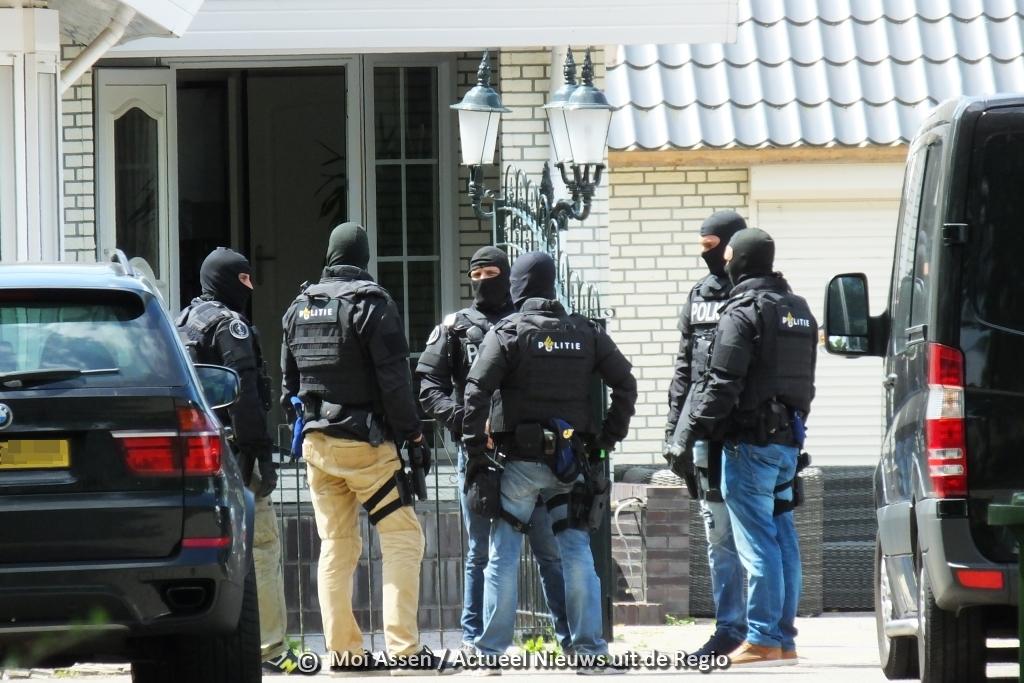 Woonwagen van de 43-jarige Assenaar  in Marsdijk wordt weggehaald van het kamp