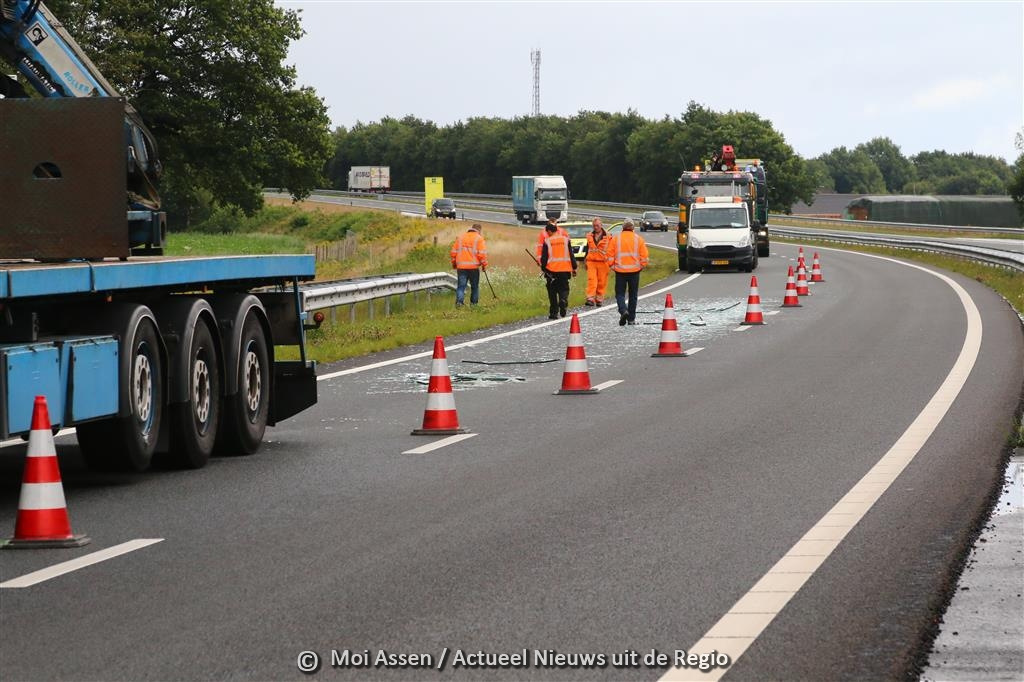 Op de N33 t.h.v Rolde verliest vrachtwagen glas