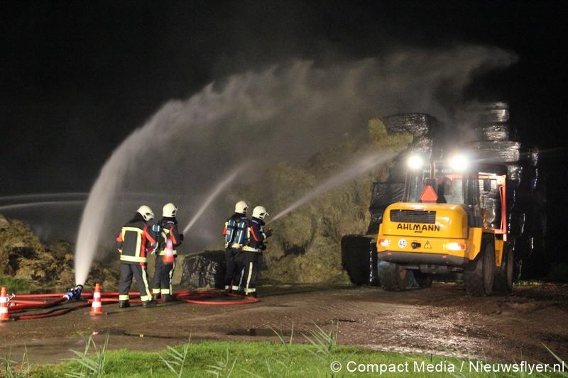 Hooibalen in brand na blikseminslag