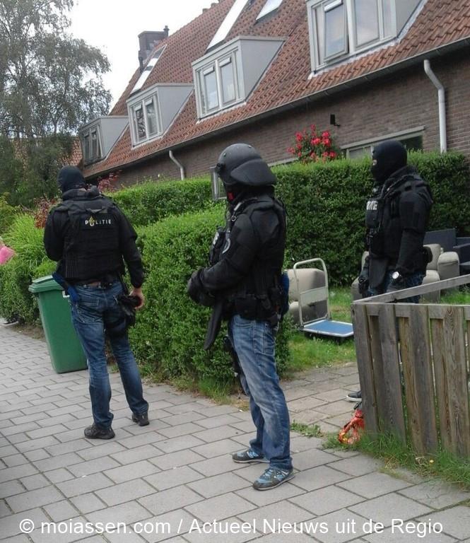 Arrestatieteam valt woning in Assen-Oost binnen en houdt man aan